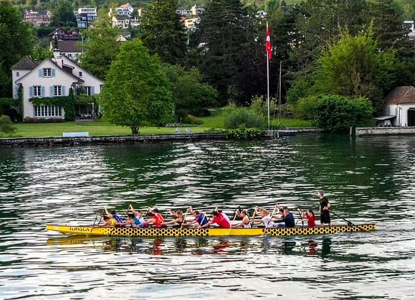 Drachenboot-Training: unmaskiert im vollen Boot